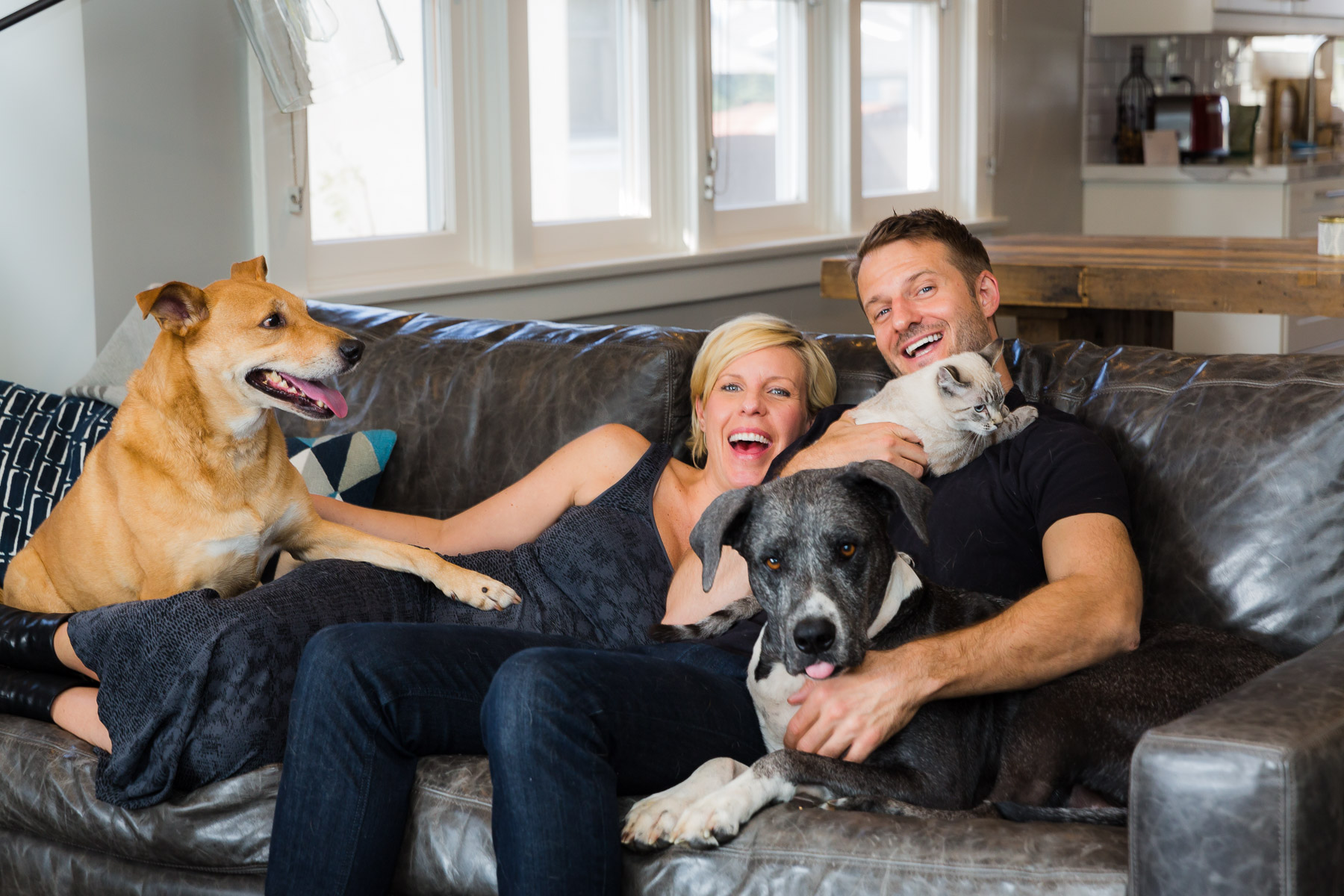 owners-happy-with-dogs-animal-photographer