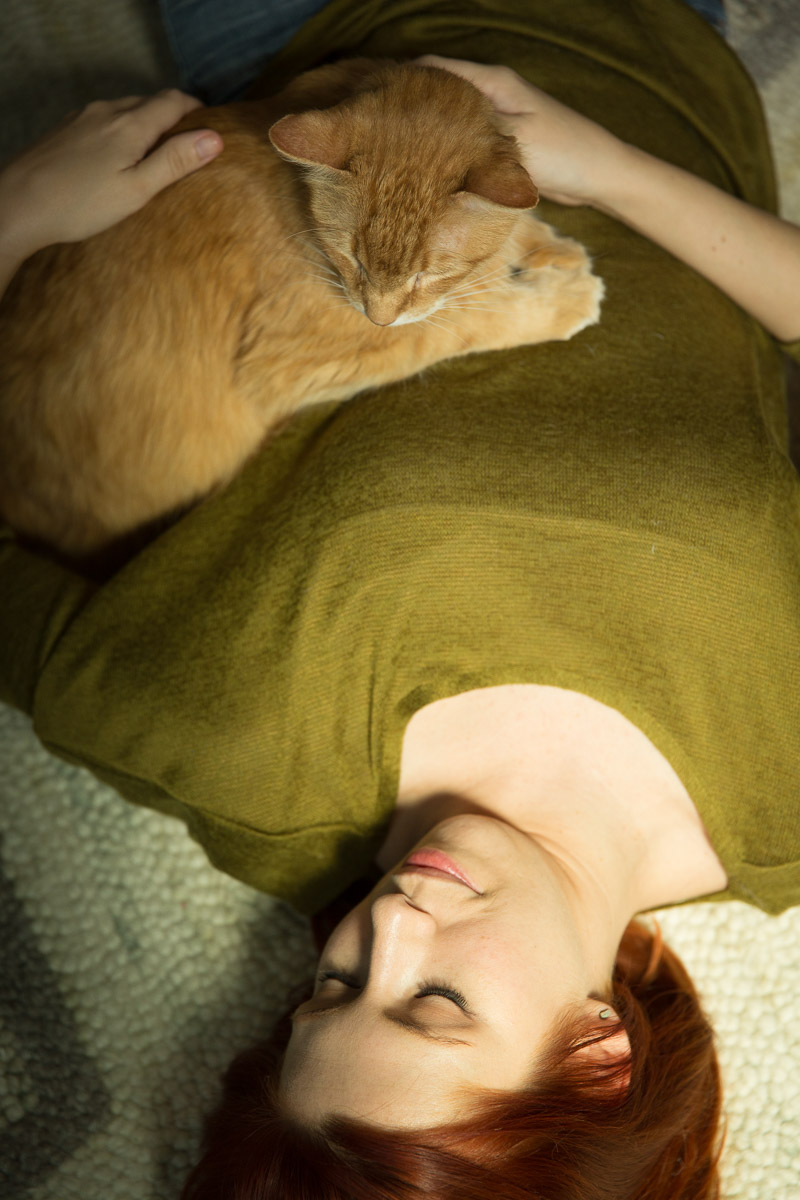 woman-with-cat-laying-chilling-pet-photographer.jpg
