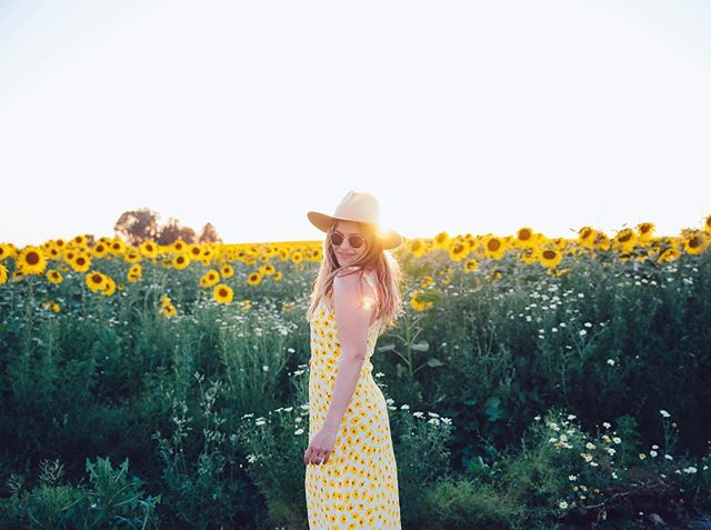 🌻 Sunflower serendipity. ⠀ ⠀ ⠀ ⠀ ⠀ Believe it or not, this outfit was 💯 not planned. As I was navigating @nicksovensocks in our @fiat around #Andalusia I looked up and noticed these fields and then made him drive through about 100 roundabouts to get here. Needless to say he wins #instagramhusband of the year 💛