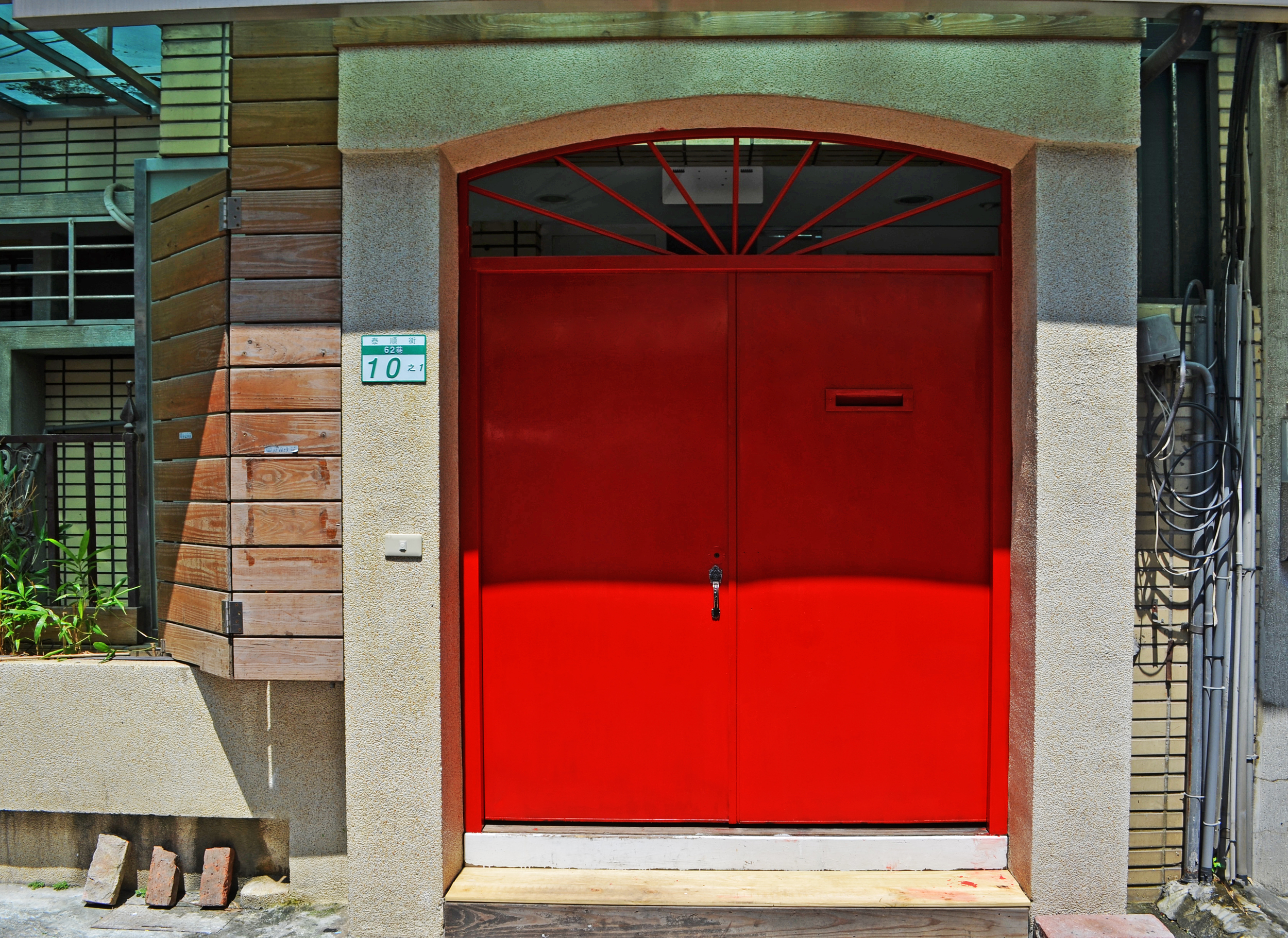 three-little-birds-red-front-door-taipei-taiwan-revonvation-hostel-guesthouse
