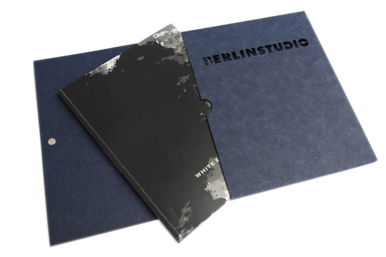Katalog mit Mappe - zur Ausstellung.
