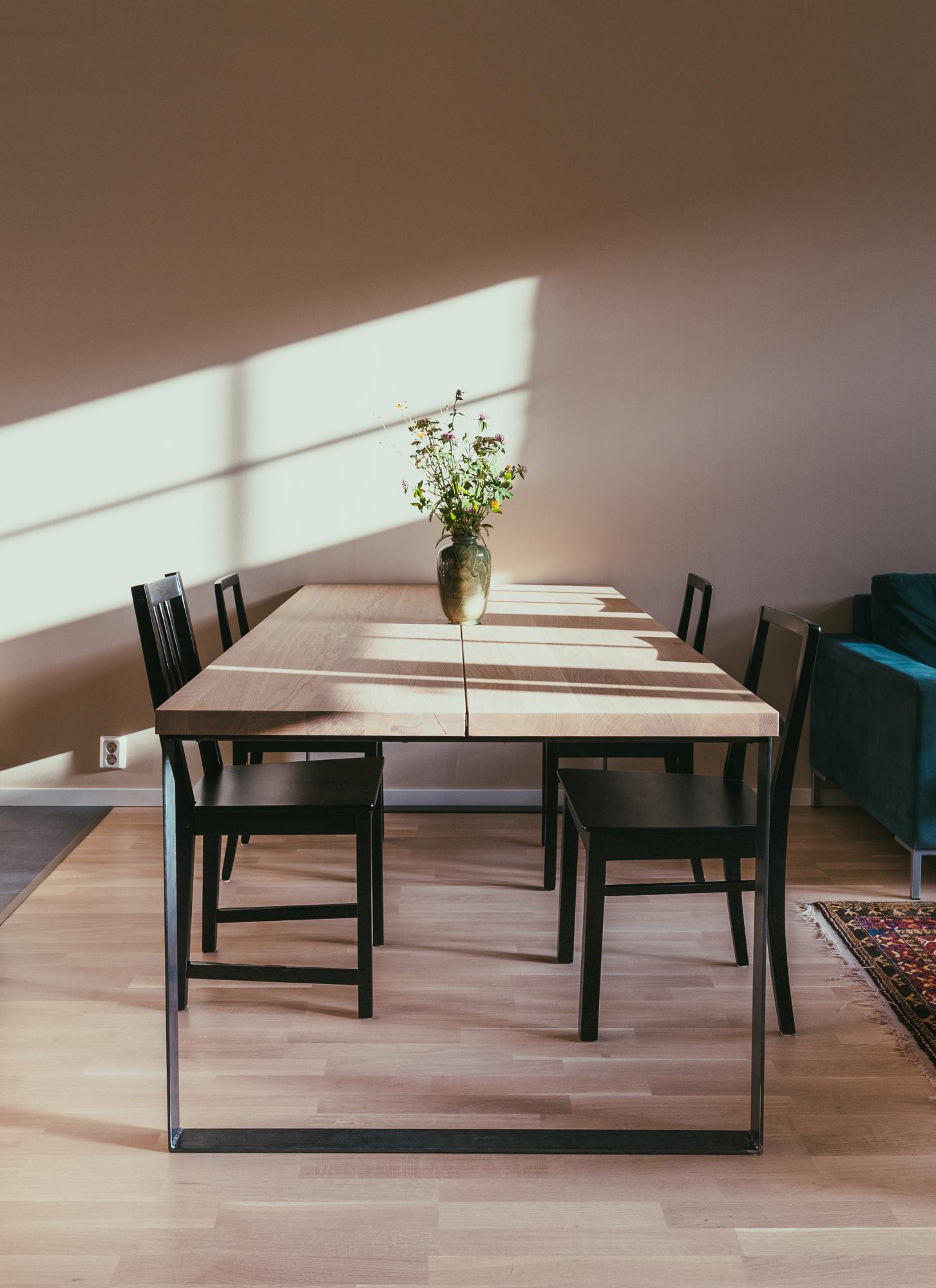 Musta metallijalka kehystää tammisen pöydänkannen kauniisti.