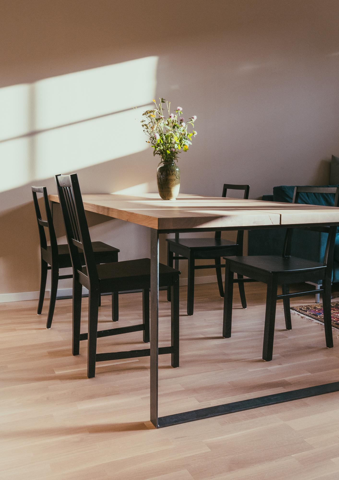 Pöydän kansi on tehty kahdesta tammilevystä, jotta suuren pöydän ilme pysyy keveämpänä.