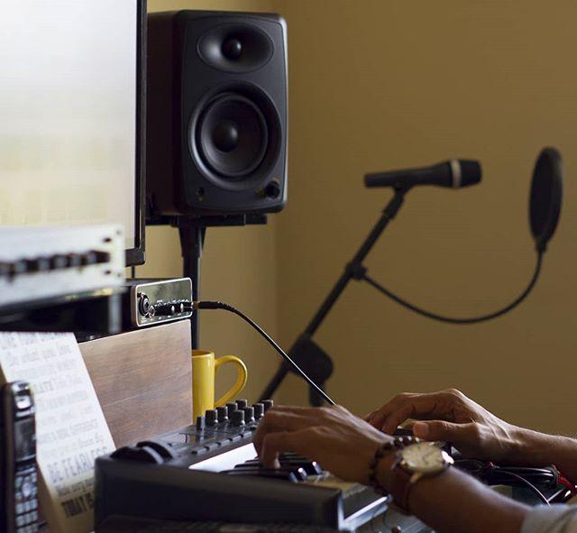 Dándole tempranito, buenos días! 😉  #newmusic #songrwriter #producer #producerlife #cantautor #productor #boricua #studio #miamimusic #puertorico #100x35
