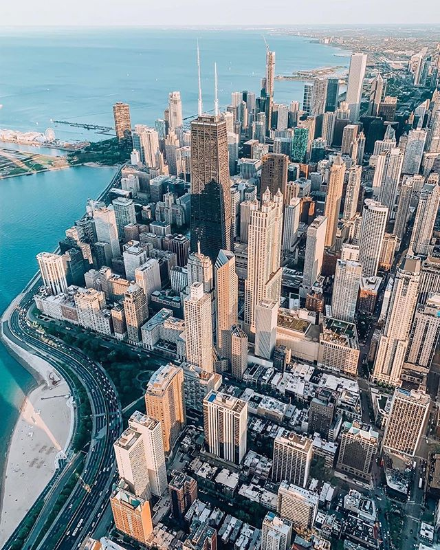 Just 40 days and 40 nights left in this beautiful city! 😧 Time to really start crunching through that Chicago bucket list of favorites! What are your favorite things to do in Chicago? 📷 @stellas_out #chicago #chicagoskyline #lakemichigan