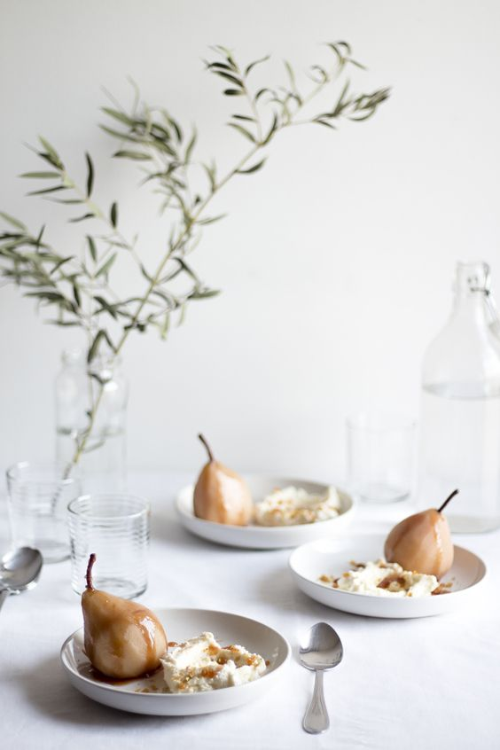 Poached Pears with Pistachio Praline, via  Migalha Doce