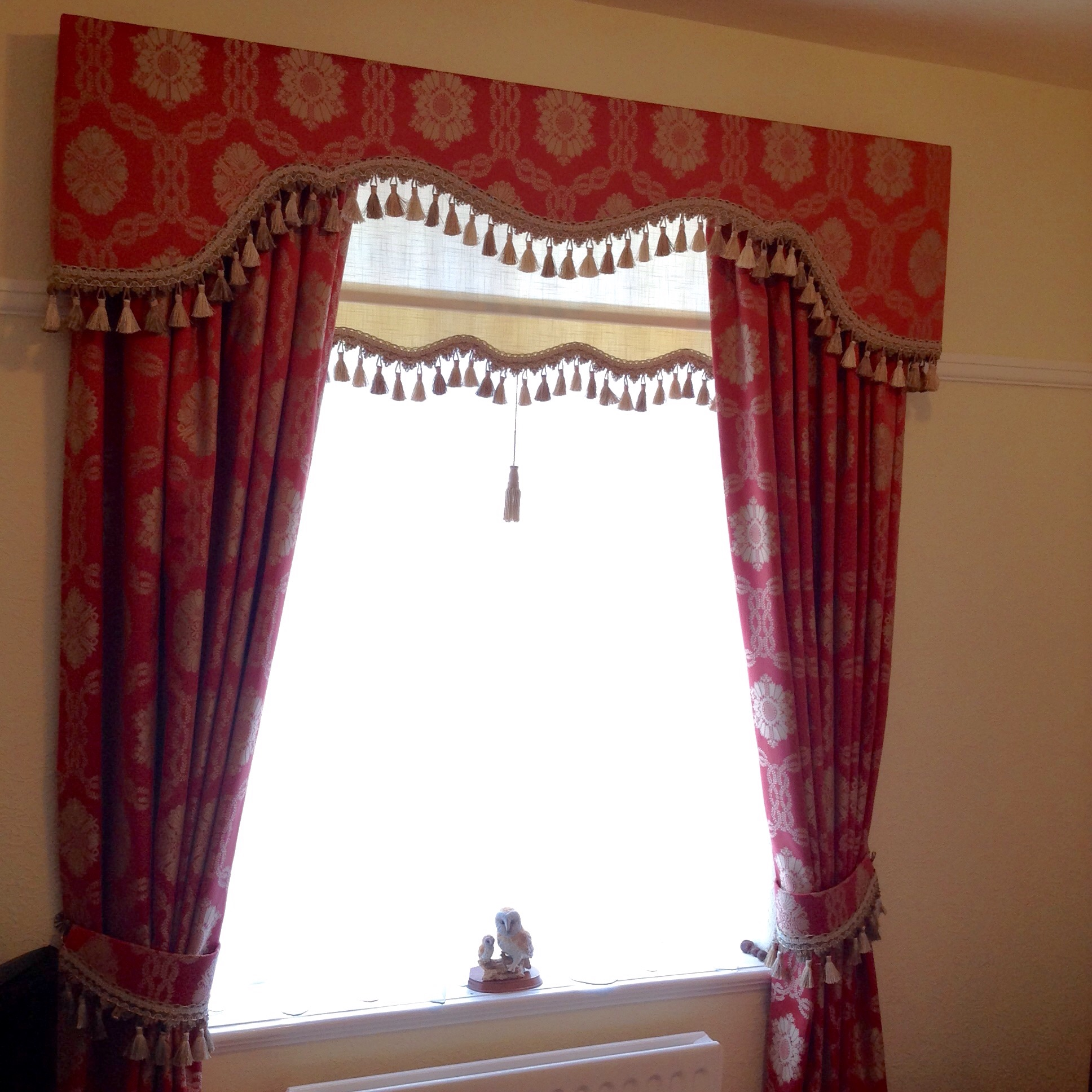 Roller blind & tie backs trimmed to match.