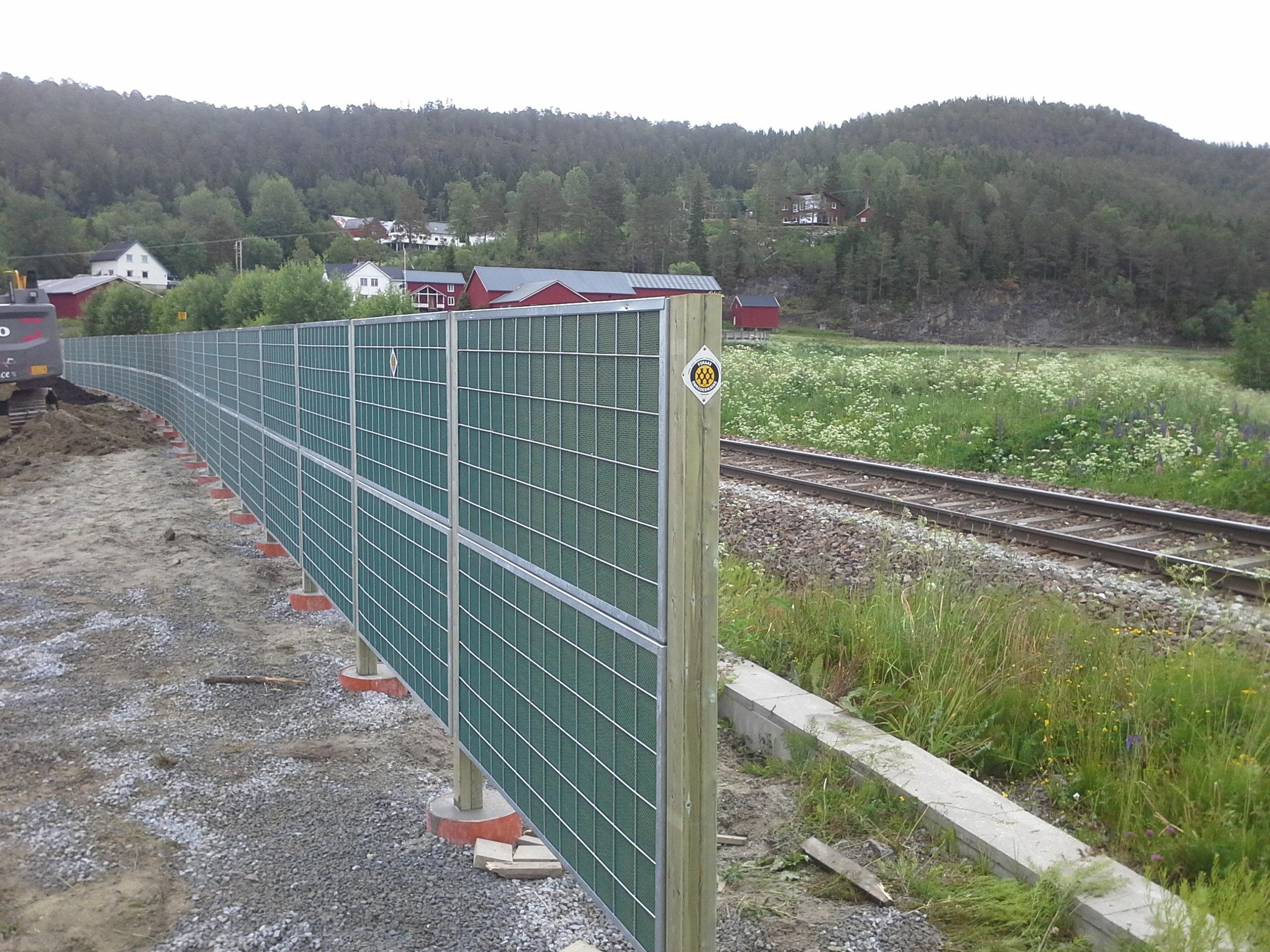 53 meter støyvegg fra NoiStop med 180cm høyde og 80 meter flettverk er montert for Kjell Lian AS i Snåsa.