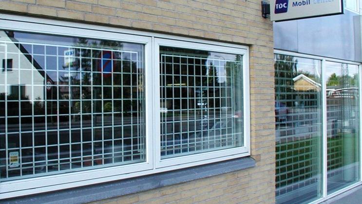 Fastgitter - Permanente fastgitter og forskjellige maskestørrelser og tykkelser til bruk i vindu o.l innstallasjoner.