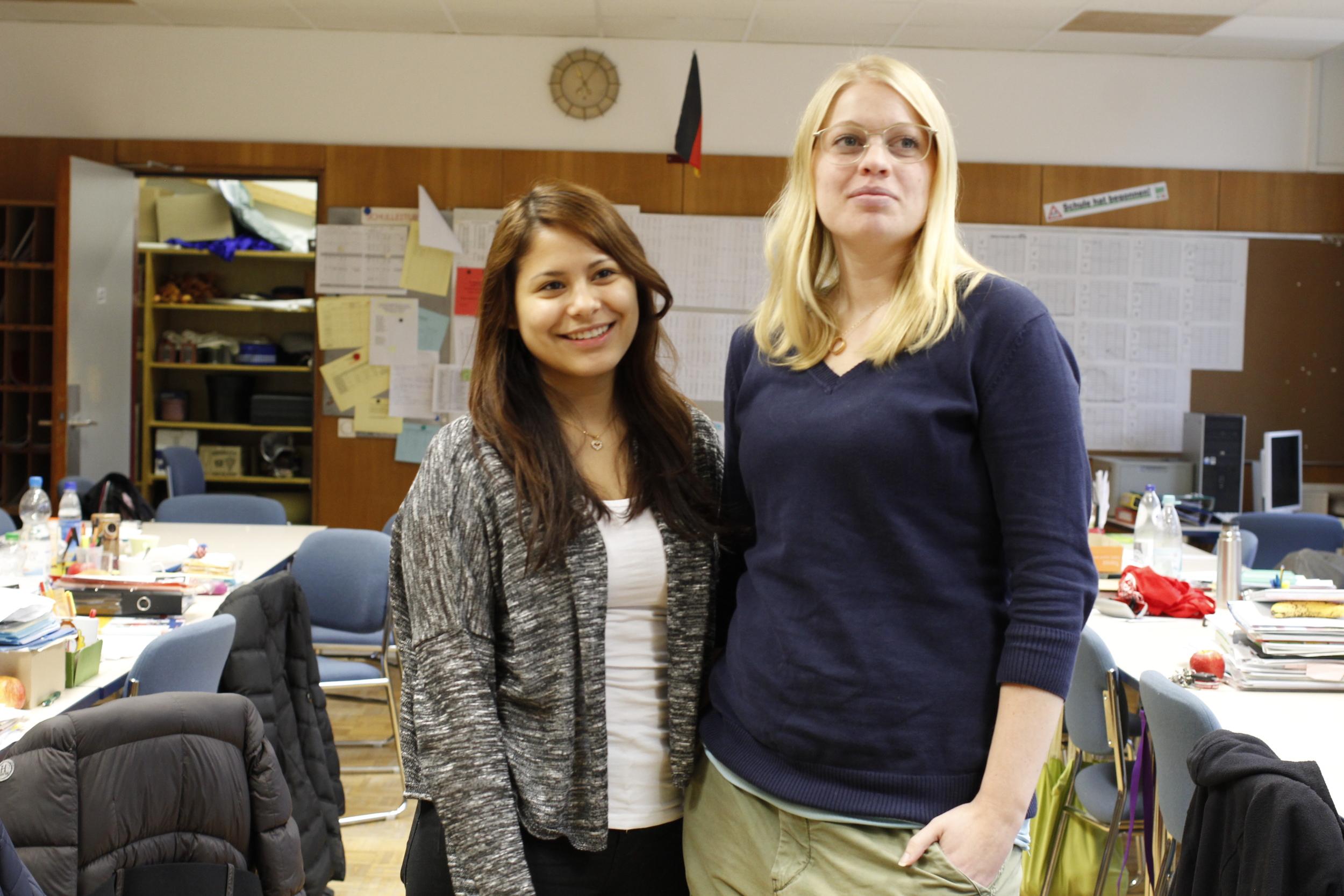 Filippa (Tyska i Tyskland med praktik) och Daniela (elev från Kungstensgymnasiet) sprider svensk stämning på Werner-von-SiemensRealschule.