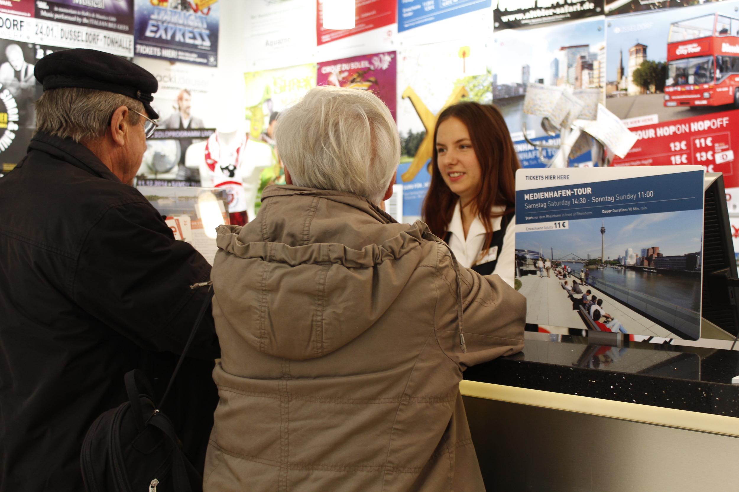 Turister som har frågor om Düsseldorf blir hjälpta avJohanna på turistinformationen.