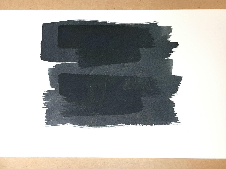 Nicht erschrecken: Nach der Belichtung verändert sich die Farbe abermals. Bei meiner Sonnen-Belichtung ist das Motiv auf dunklem Grau-Blau nur zu erahnen. Erst später beim Auswaschen wird das Bild sichtbar.