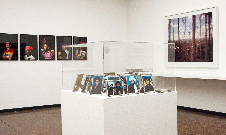 Thomas Dworzak sammelte während seines Afghanistan-Auftenhalts Porträts der Taliban, die in Fotostudios zurückgelassen wurden.