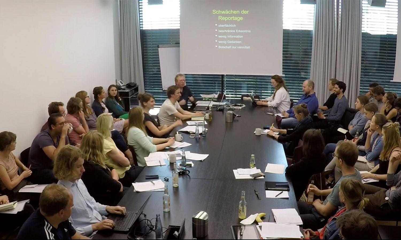"""Das Kursangebot ist mit circa 100 Workshops schon wenige Monate nach Start der Webakademie sehr umfangreich. Aus dem Vorschau-Video des Workshop 302 """"Reportage oder Report""""."""