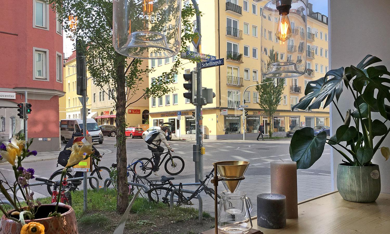 Das Story Cafe München liegt an der Ecke Schleißheimer Straße/Schellingstraße.