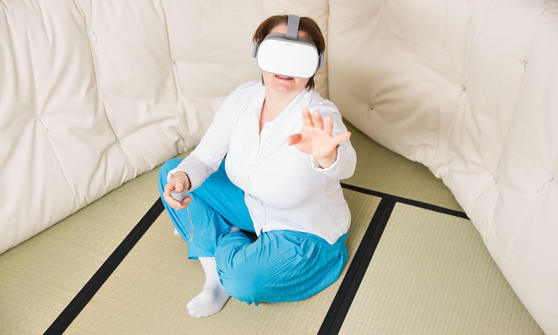 Erkundung virtueller Welten: Susanne reist mit der VR-Brille ins Weltall, fliegt durch tiefe Schluchten und erlebt dabei eine neue Form des Storytellings.