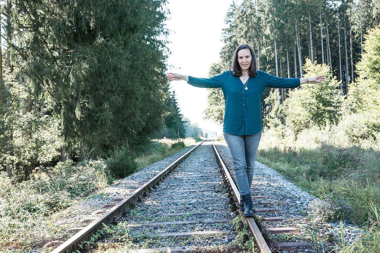 Motivsuche:  Die perfekte Szenerie fanden wir letztlich beim dritten Anlauf. Die Betreiber der Chiemgauer Lokalbahn waren so freundlich, uns ihre Zugstrecke auszuleihen …