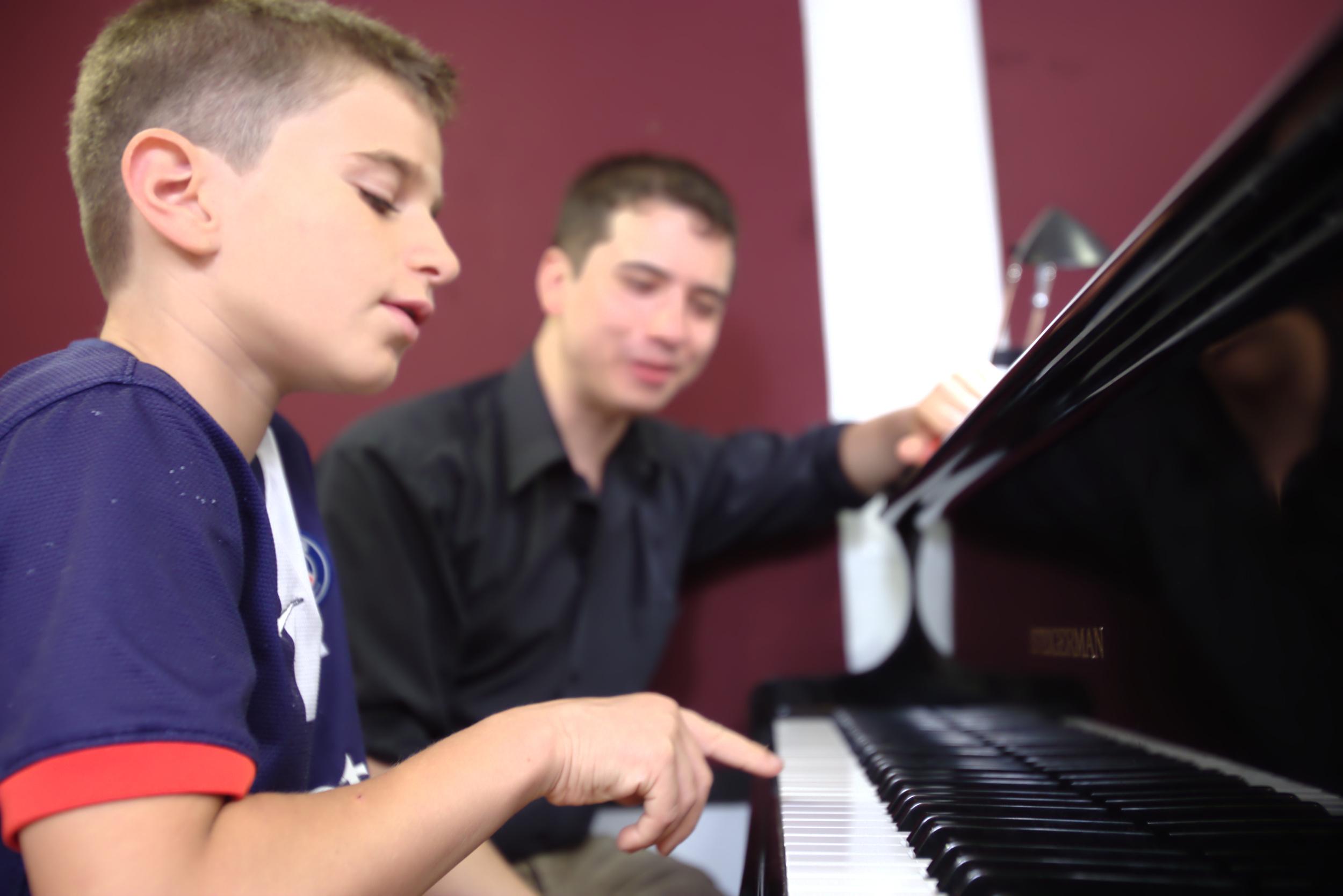 Dr. Ben au piano, donnant un cours à un de ses élèves juniors au Chapman Piano Studio, NDG, Montreal.Photo Credit. Yuuki Omori 2014.