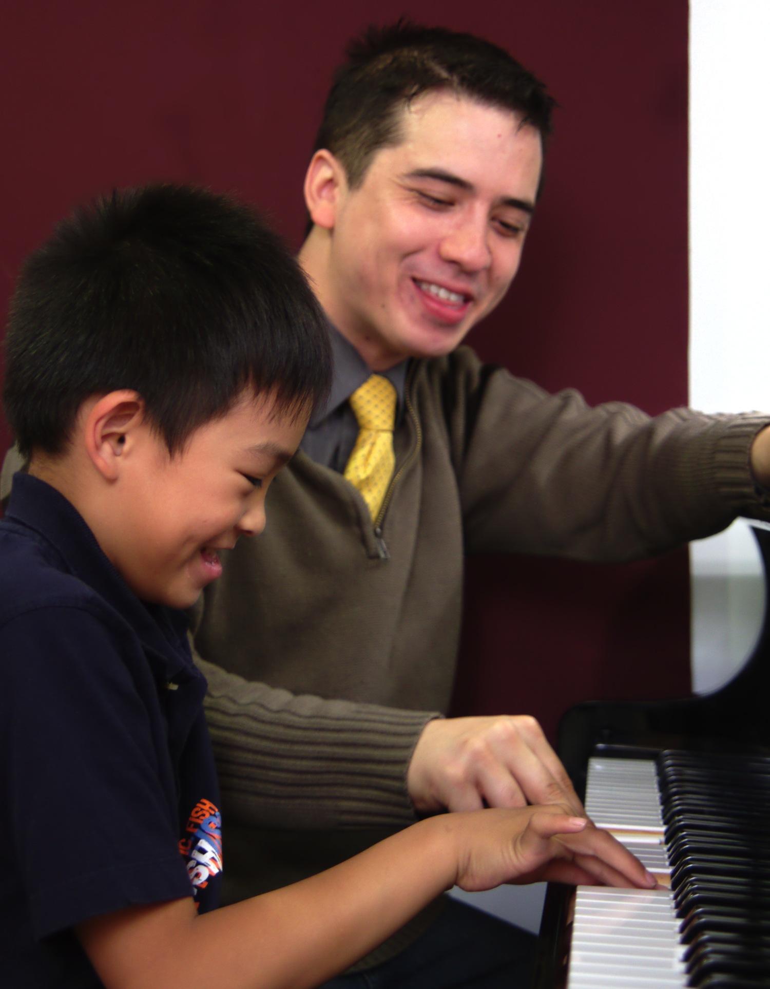 Dr. Ben au piano, donnant un cours à un de ses élèves débutants au Chapman Piano Studio, NDG, Montreal. Photo Credit. Yuuki Omori 2014.