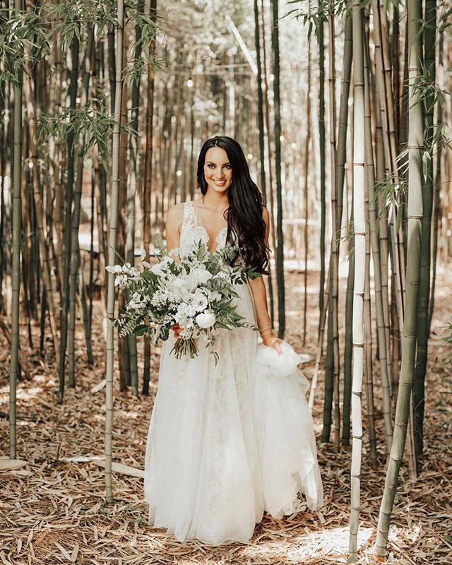 A bride and her bouquet 🙌🥰😍💚. . . . . . @chelseydellingerphotography @ellenthomasevents @barnsleyresort @rainagraham #bridalbouquet #weddingbouquet #thatsdarling #nofloralfoam #hollychappleegg #barnsleyresort #barnsleygardens #nofloralfoam #atlantafloraldesign #atlantaflorist