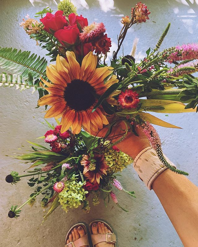 Sunny sunny sunny. And hot hot hot! 🌞 😎 ☀️ when will fall ever arrive? #sunflower #floraldesign #fall #weekend #friday