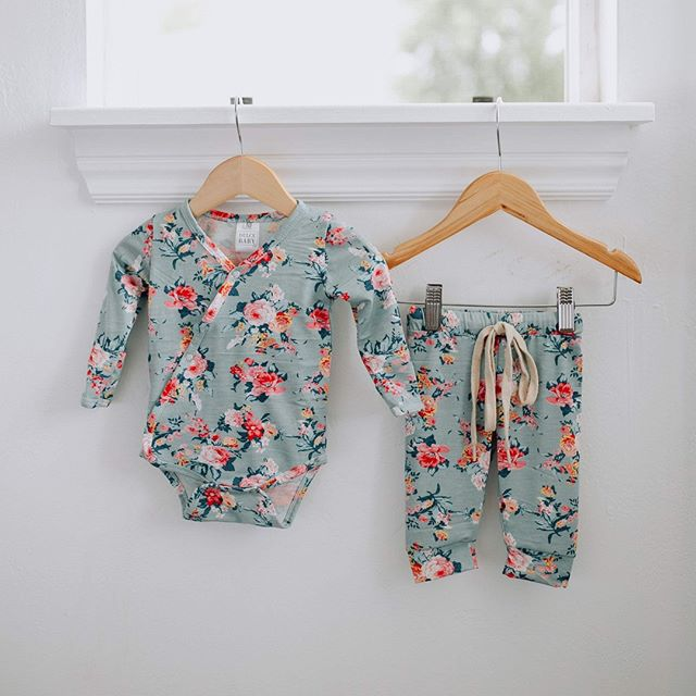 Floral 🌸 Available in Newborn and 3 months. ⠀⠀⠀⠀⠀⠀⠀⠀⠀ ⠀⠀⠀⠀⠀⠀⠀⠀⠀ Shop:  dulcebabyco.com⠀⠀⠀⠀⠀⠀⠀⠀⠀ @Localsgiftslogan⠀⠀⠀⠀⠀⠀⠀⠀⠀ @Localsgiftslayton ⠀⠀⠀⠀⠀⠀⠀⠀⠀ @amberdehaasphotography⠀⠀⠀⠀⠀⠀⠀⠀⠀ ⠀⠀⠀⠀⠀⠀⠀⠀⠀ babygift #babygirl #babyboy #babyshower #knottedsleeper #babygown #newborn #hospitaloutfit