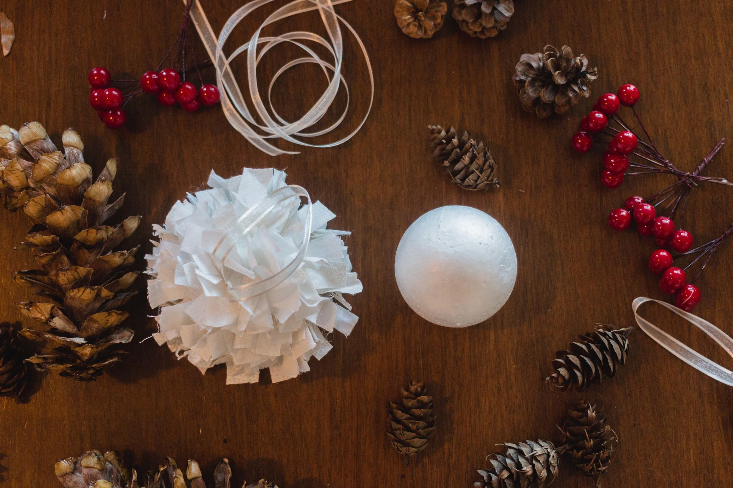 Pinecone Holiday DIY Easy Homemade Ornaments per natale styrofoam ball