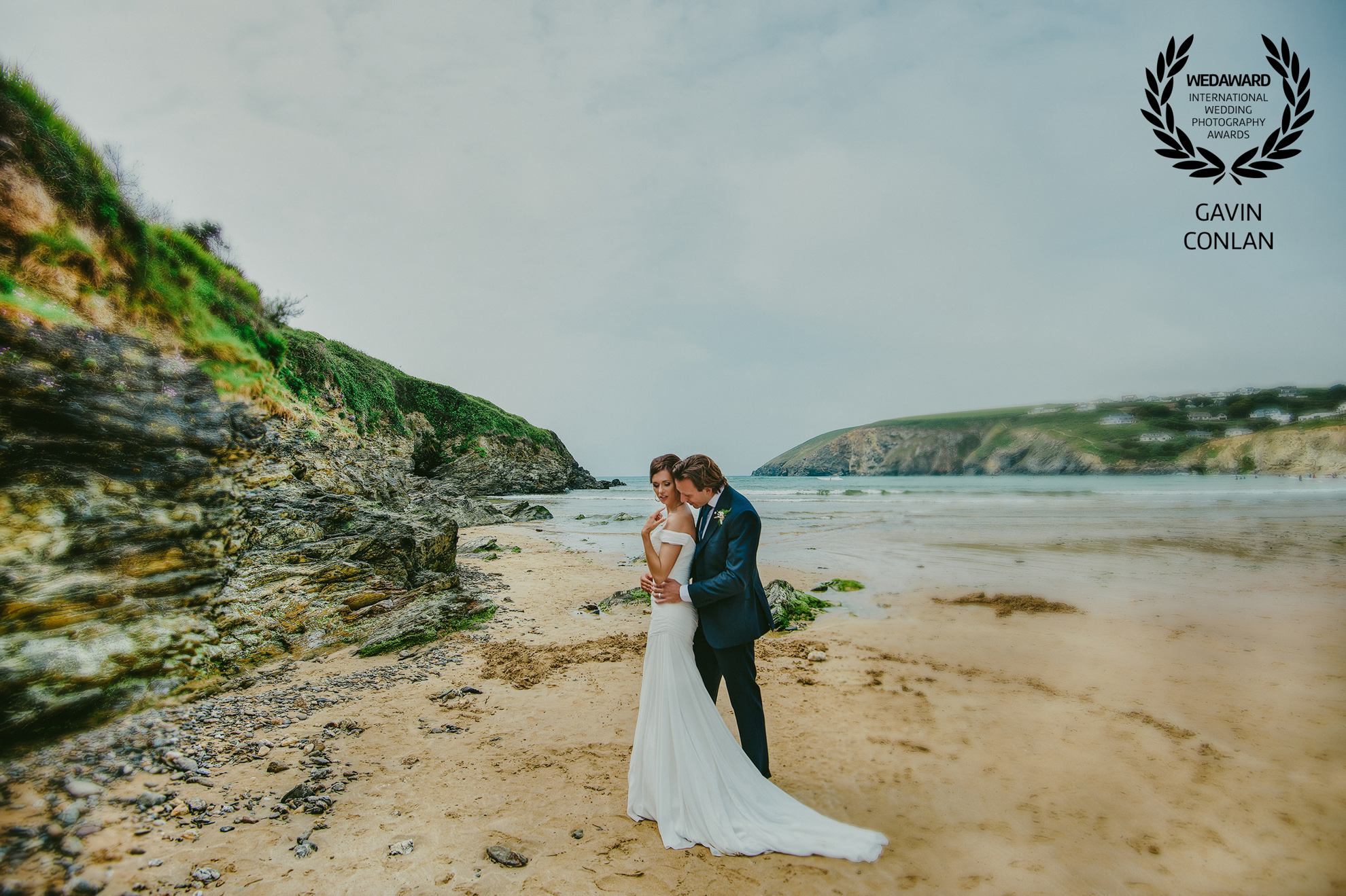 destination-wedding-portrait-mawgan-porth-beach-cornwall-gavin-conlan-photography-wedaward-02