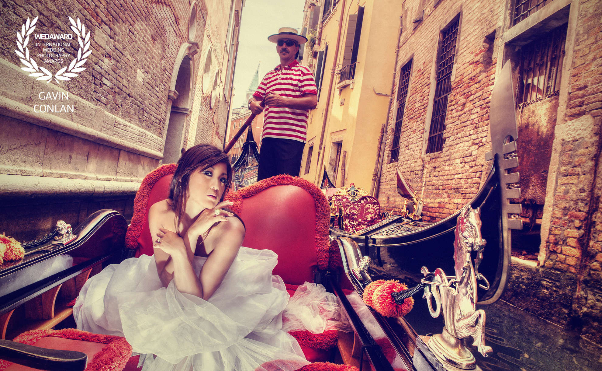 destination-wedding-portrait-venice—italy-gondola-gavin-conlan-photography-wedaward