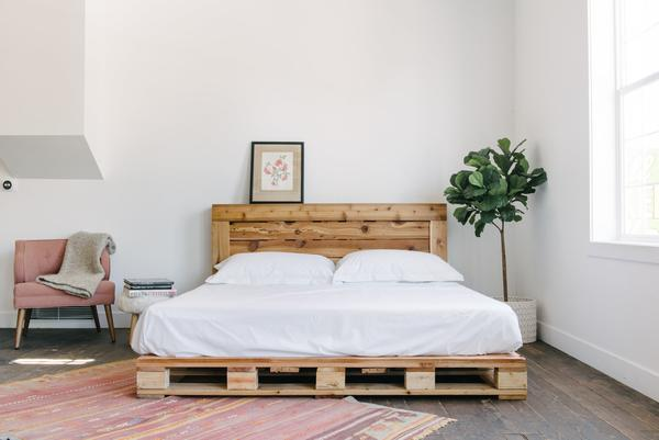 Pallet_Platform_Bed_King_Sheets_600x.jpg