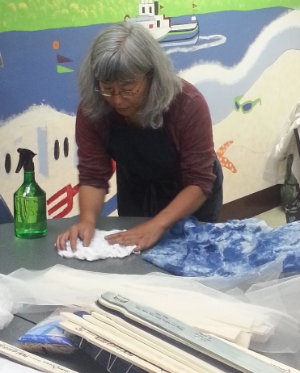 Kathy shows us how to create a Nigerian Shibori effect.