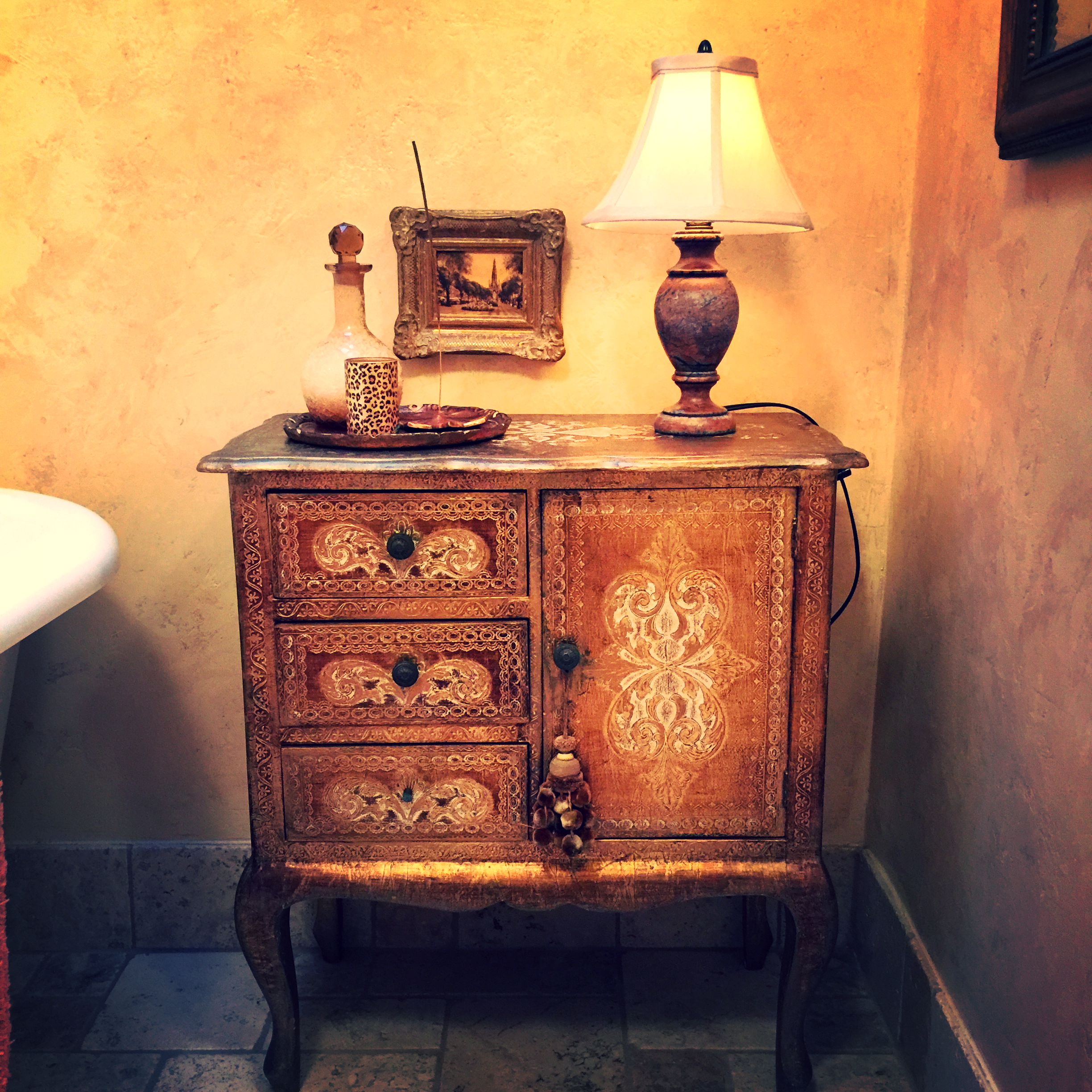 Perfect spot for an Italian gilt painted antique nightstand.....