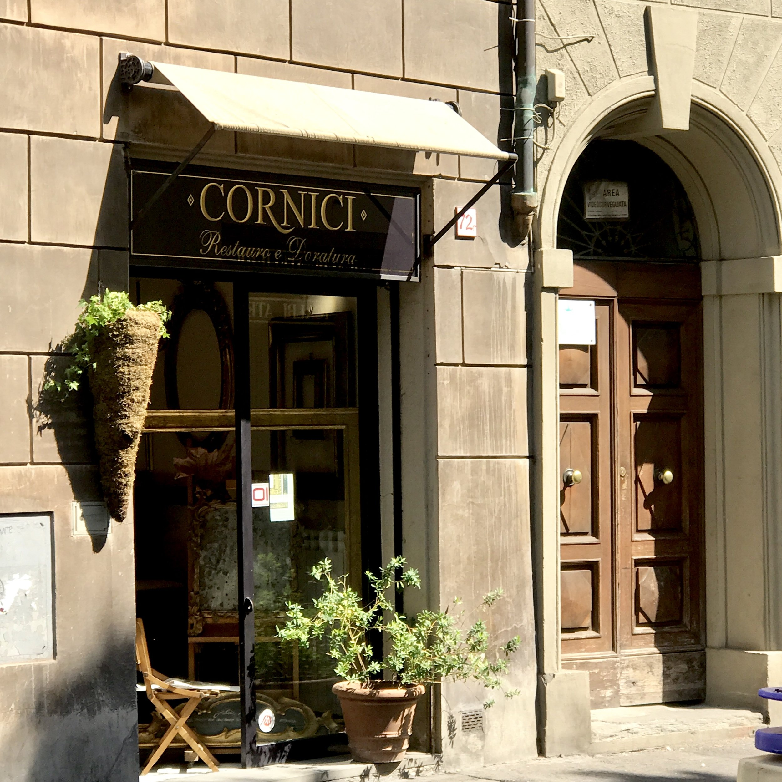 An art restoration business on via Romana
