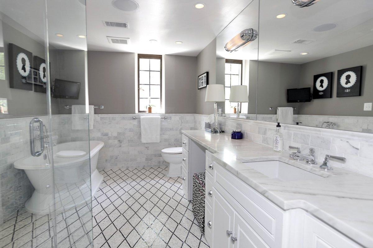 -and-plenty-of-bathroom-space.jpg