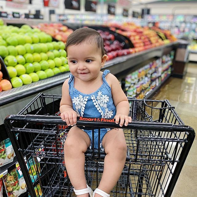 Inayah's first time in a shopping cart 🛒 - at @smartfinal of course - and she's already eyeing her favorite apples😋🍎#mysmartandfinal