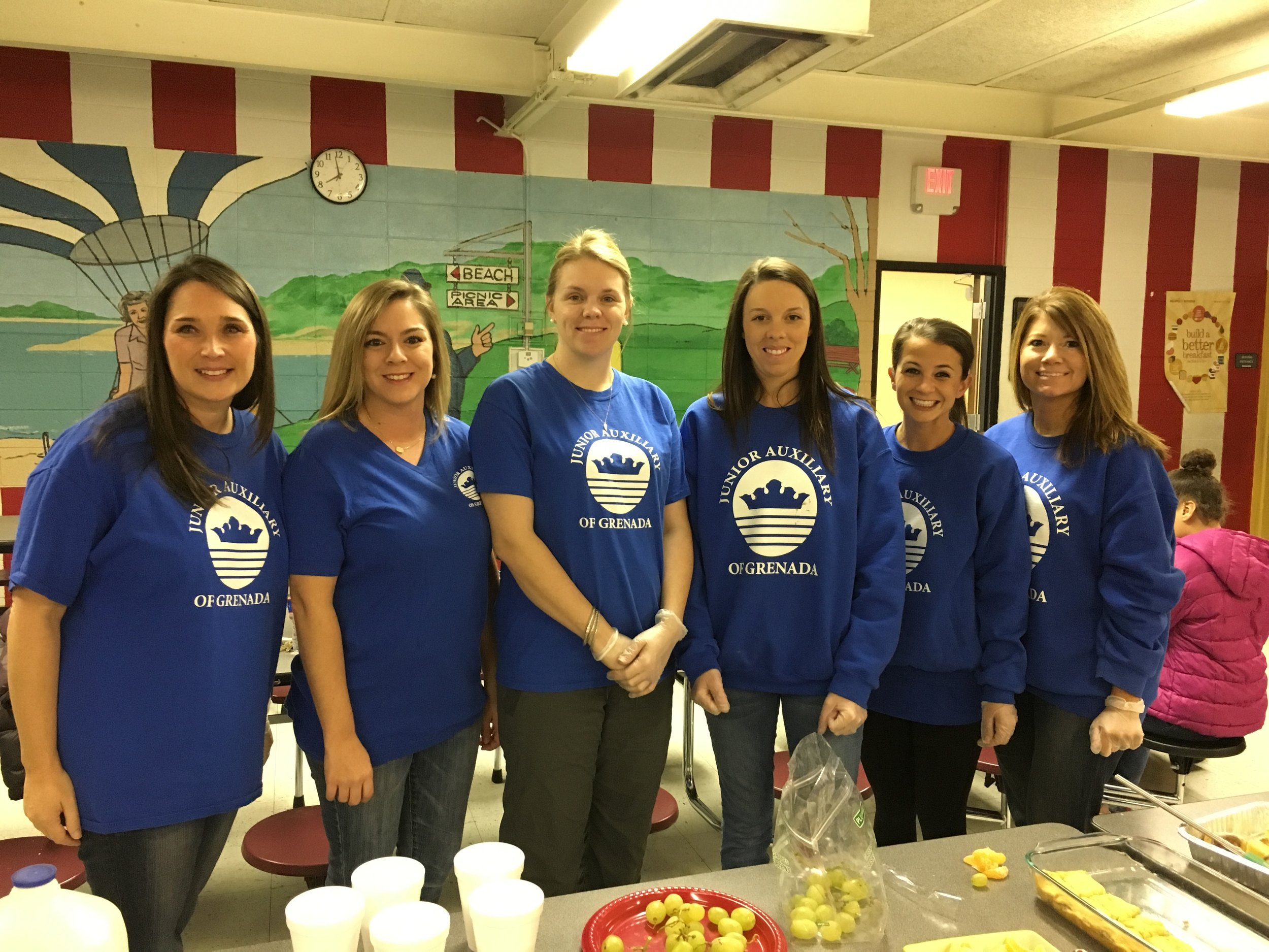 Lovin' Lunch Boxes Committee serving a thanksgiving meal to the Lovin' Lunch Boxes familes