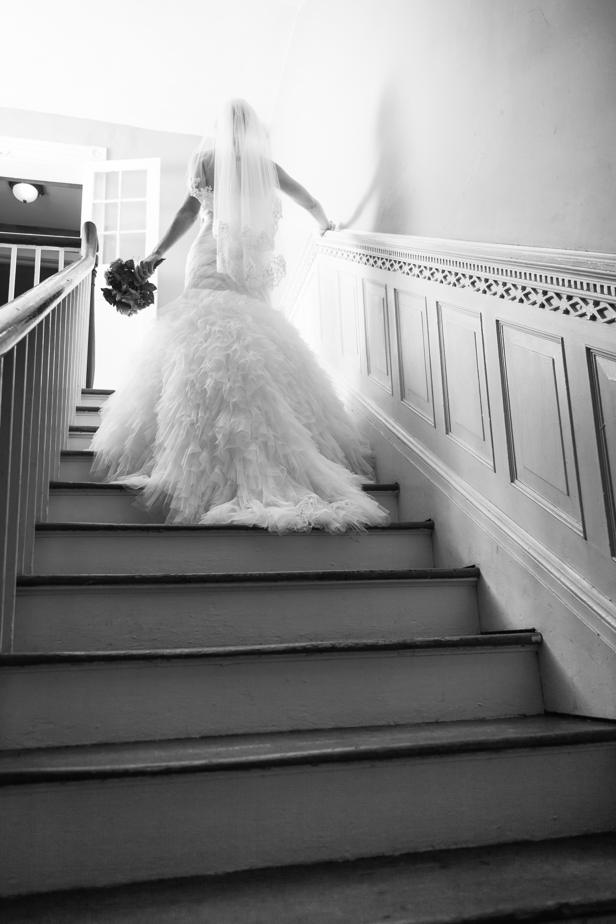wedding photographer bent-lee carr bride ascending staircase at the kyle house fincastle virginia black and white