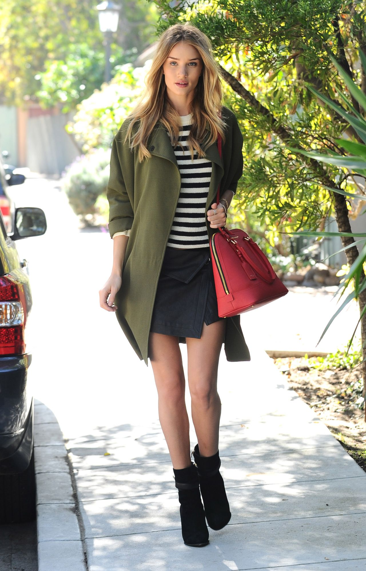rosie-huntington-whiteley-street-style-out-in-los-angeles-october-2014_1.jpg