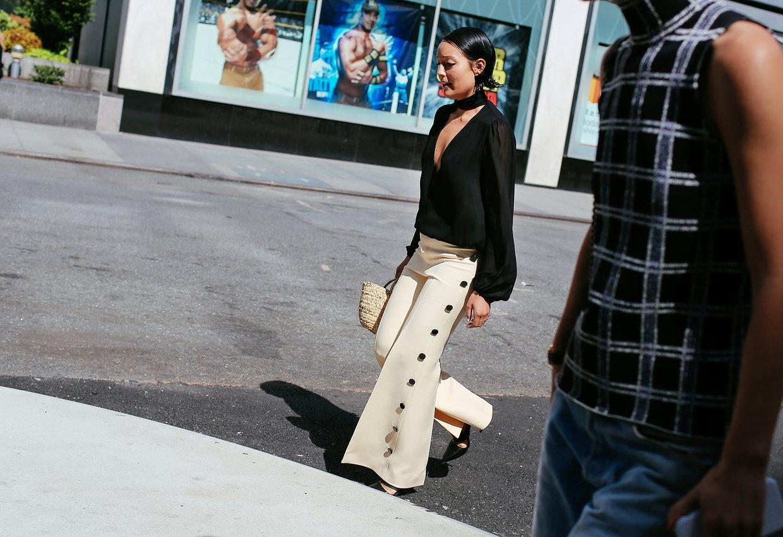 Rachael Wang'ın pantalonu Celine.