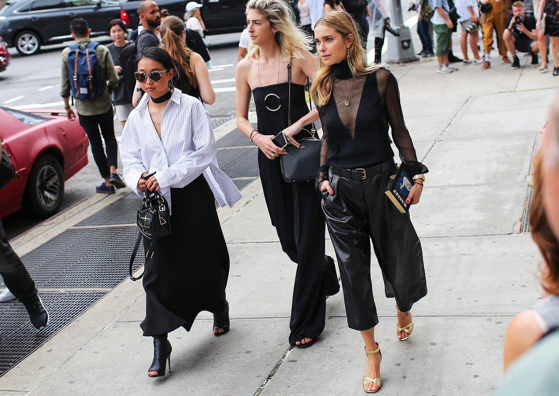 Margaret Zhang 'ın gömleği Dion Lee, eteği C/MEO Collective, çantası Isa Wan ve ayakkabıları Tony Bianco marka.  Kelly Connor  Stella Mccartney markasından giyinmiş.  Pernille Teisbaek 'in şeffaf bluzü Altuzarra ve çantasını da Olympia Le-Tan markasından almış.