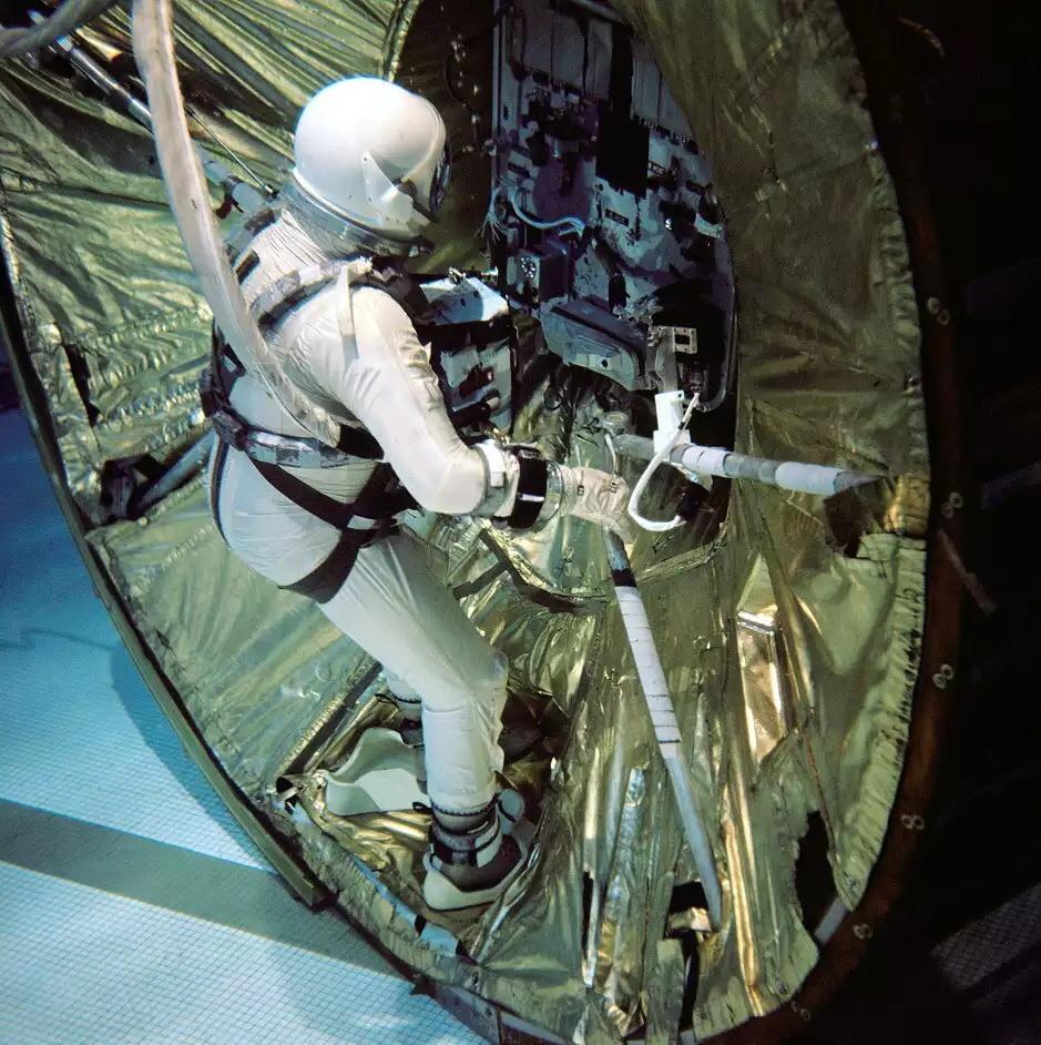 Underwater neutral buoyancy training. Source: www.spacefacts.de