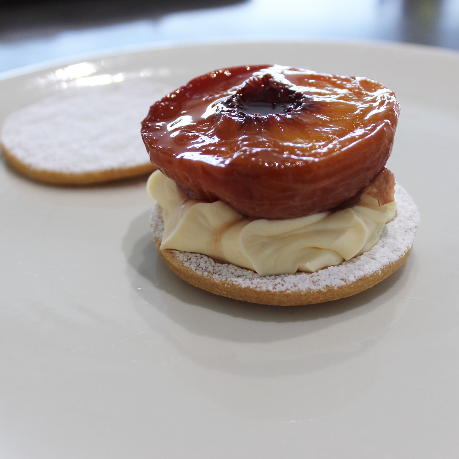 Sable of grilled peaches and mascarpone