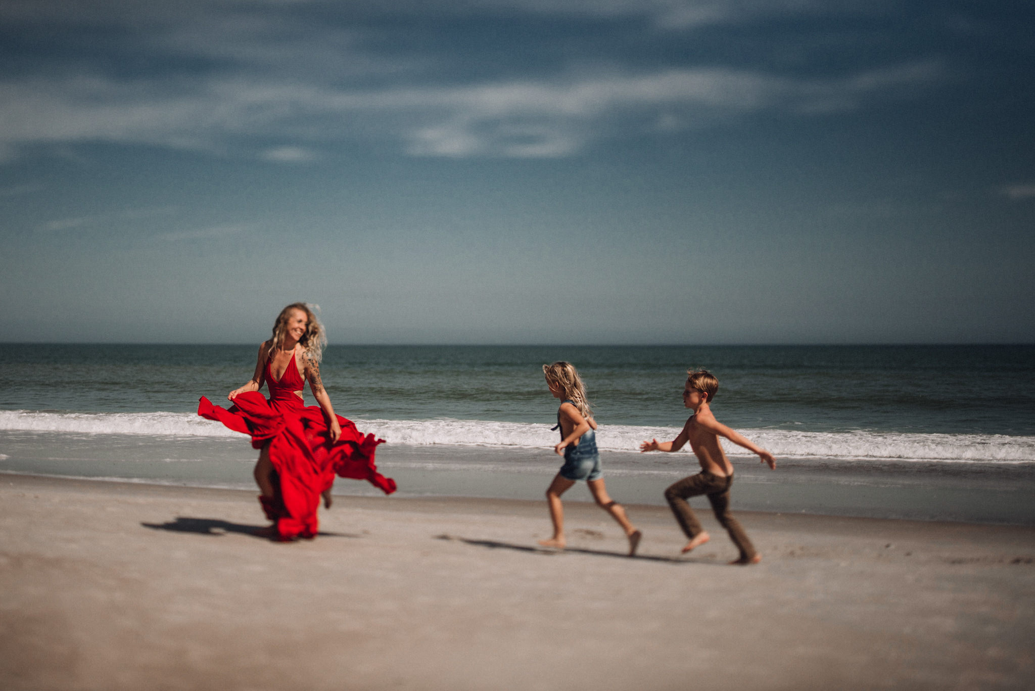 mother and children racing on the beach family posing twyla jones