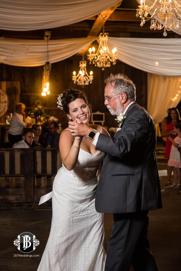 ellie-collin-barn-at-silver-oaks-estate-wedding-photographers-near-winthrop-maine-19.jpg