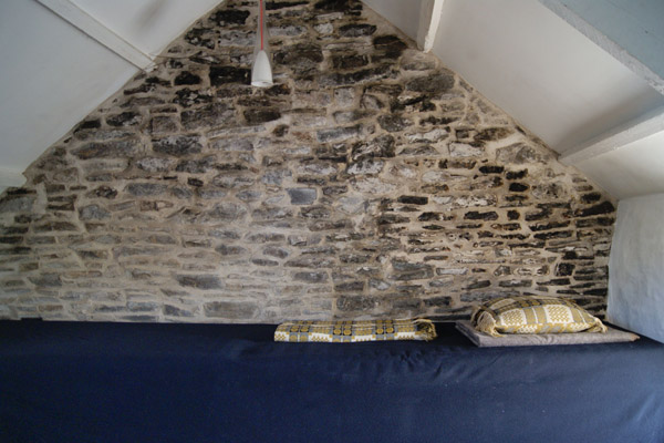 Welsh_blankets_and_stone_wall_at_Bryncyn.jpg