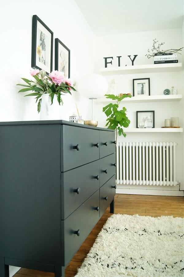 Bedroom_black_drawers_Design_Hunter.jpg
