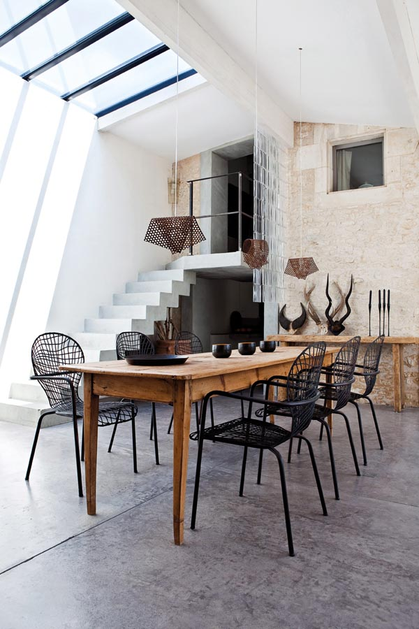 Clever and sympathetic use of contrasting textures is key to the modern country look. There are no soft textures in this dining room - every surface is hard, from cement and concrete to glass and metal - but the variety of shapes makes the room pleasant and appealing.