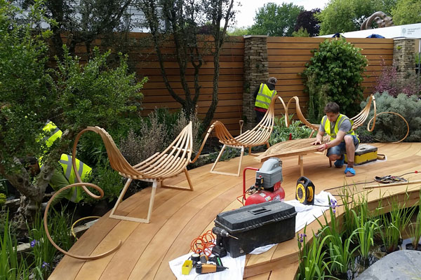 Installing the bench on site at Chelsea. (Image: Tom Raffield)