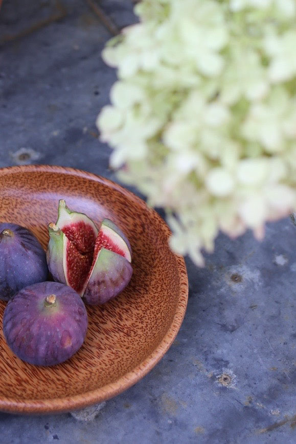 Figs in wooden bowl
