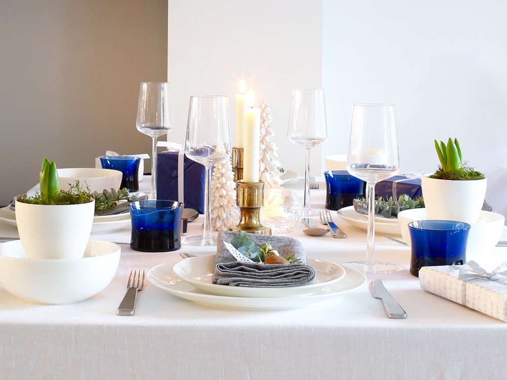 Blue & gold festive table setting | Design Hunter